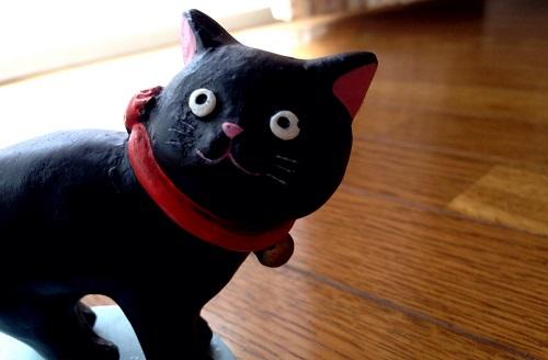 猫の置物の顔のアップ