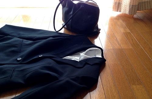 床に置かれたスーツ