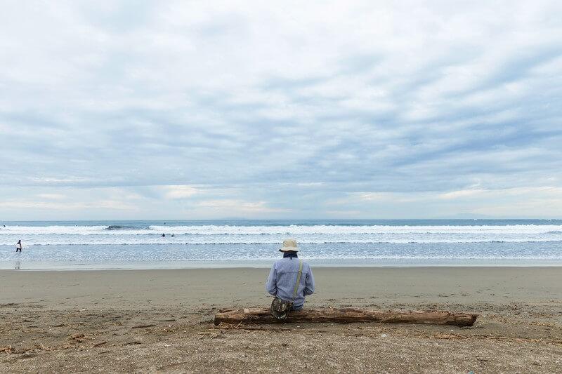 浜辺に1人座る男性