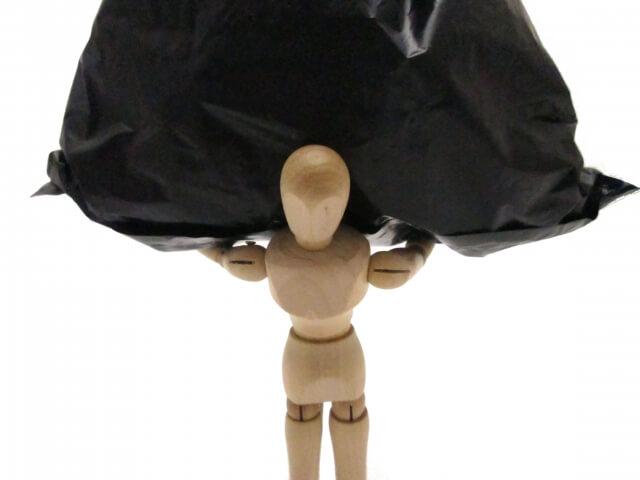 荷物を背負う人形