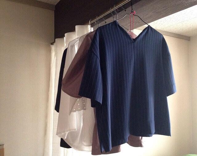 カーテンレールに引っ掛けた服