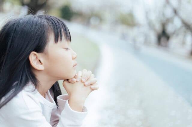 神様に祈る女の子