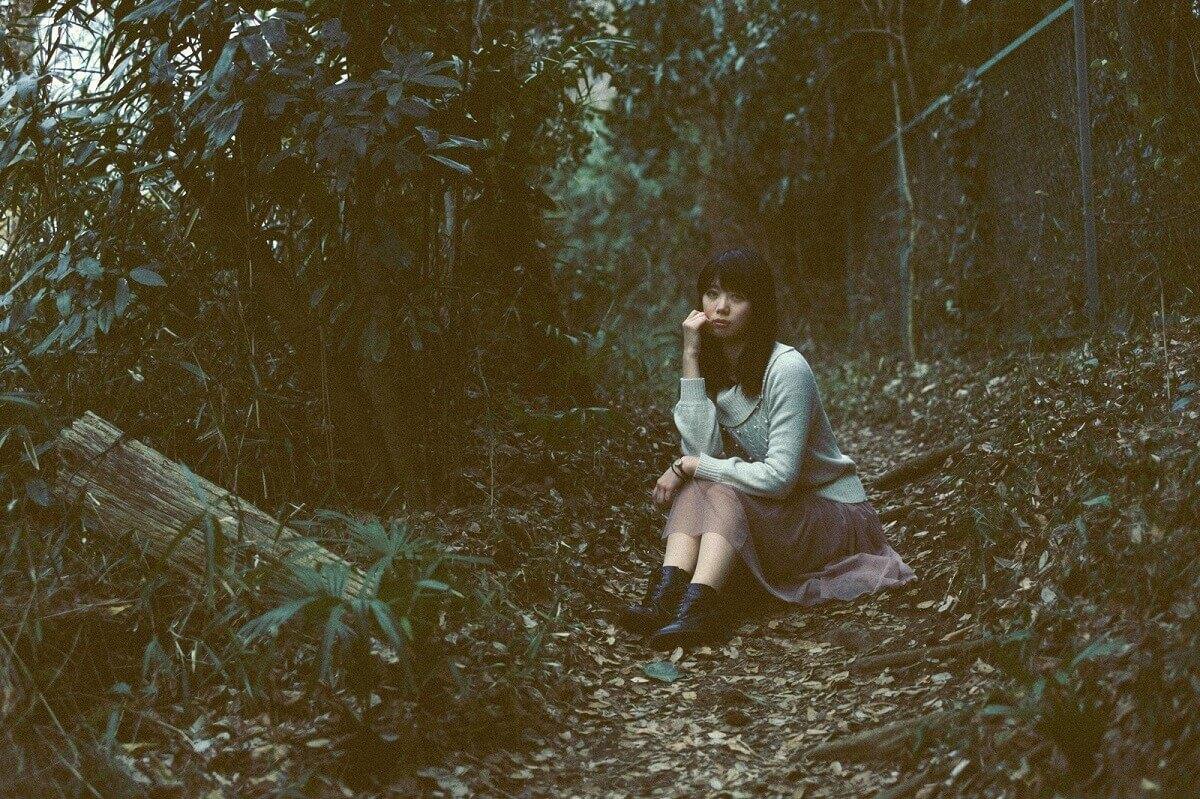 アイキャッチ・森の中で座る女性
