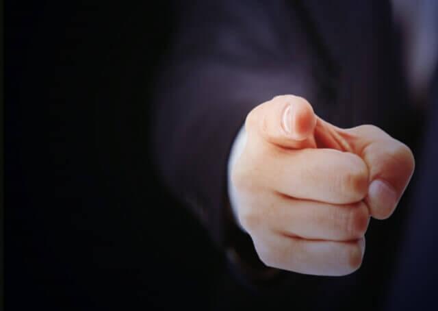 指さす男性
