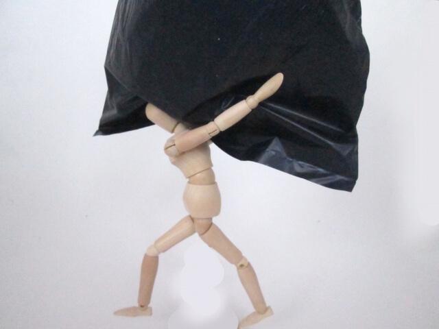 ゴミ袋を背負う人形