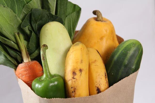 紙袋に入った野菜