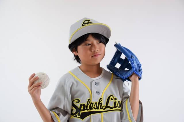 野球のユニフォームを着た子ども