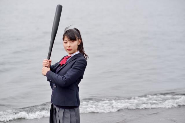 バットを持った女子高生